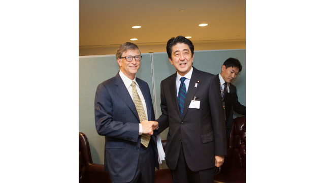 Bill Gates meets with Japanese Prime Minister Shinzo Abe during the United Nations General Assembly.